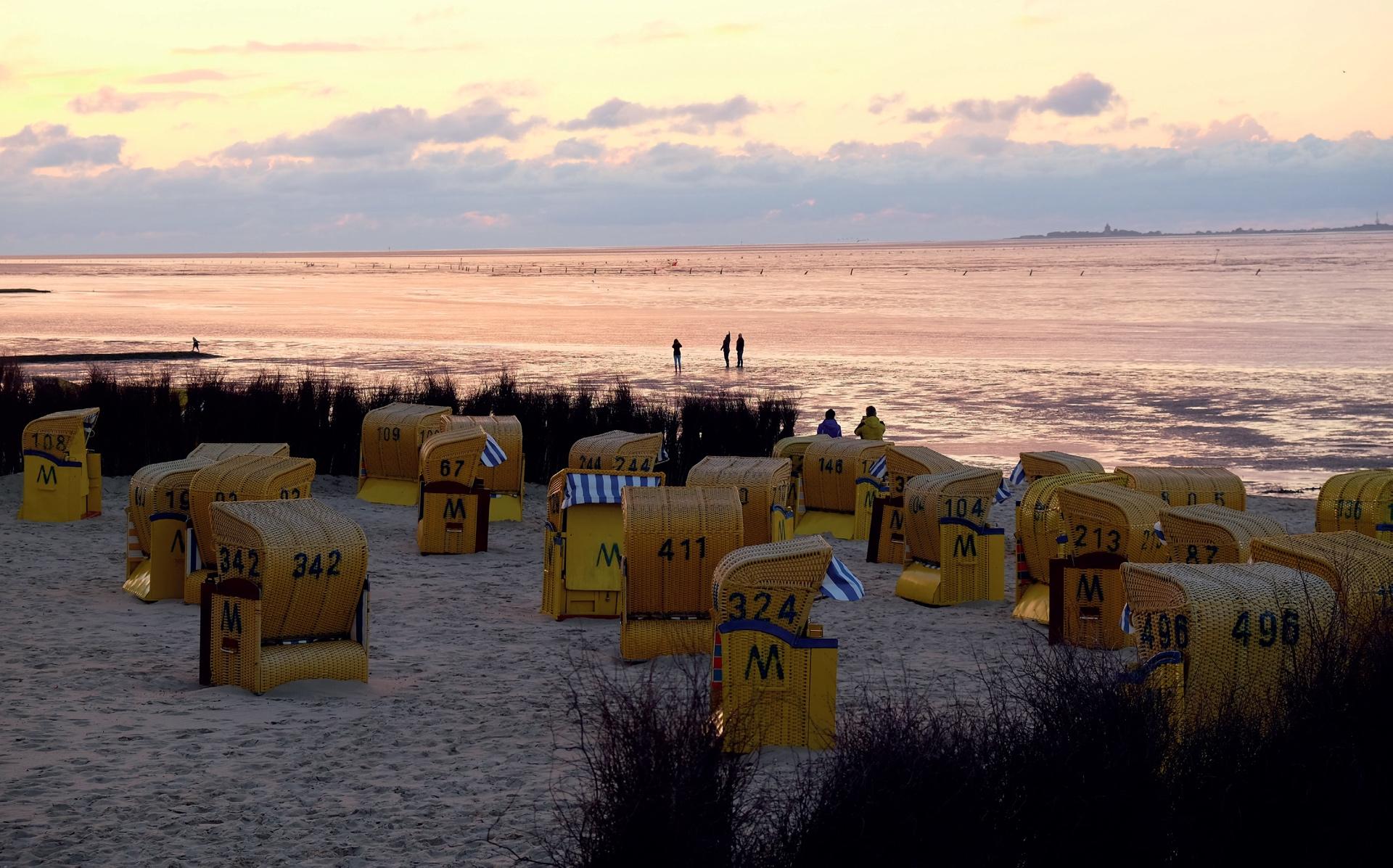 Direkt an der Strandpromenade von Duhnen/Cuxhaven: abendliche Wattenmeer-Romantik mit Strandkörben © Lutz Bormann