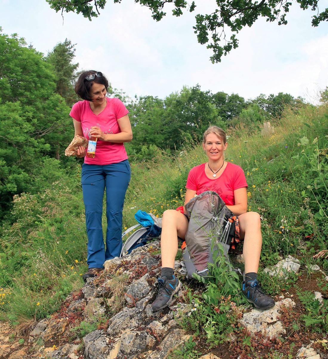 Frauke und Antje kurz nach dem Start: Hier ist es schön, also machen wir Rast! © Michael Sänger