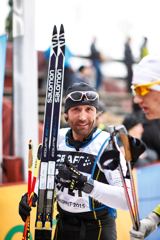 Peter Schlickenrieder mit seinen Skintec-Skiern glücklich im Ziel beim Wasalauf 2015 über die 90 km lange Strecke. Die Klassikskier sind ca. 10 cm länger als Skatingskier. © Archiv Peter Schlickenrieder