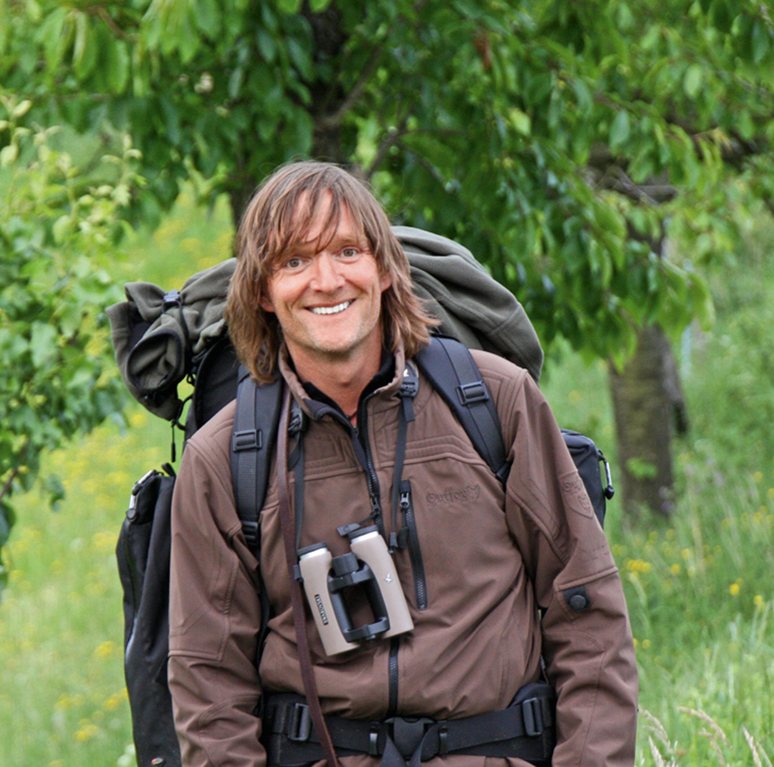 Andreas Kieling wurde am 4. November 1959 in Gotha/ Thüringen geboren und ist ausgebildeter Berufsjäger, Revierförster und Deutschlands bekanntester Tierfilmer. Er erhielt für den ARD-Dreiteiler »Abenteuer Erde – Yukon River« den »Wildscreen Panda Award«, den Oscar des Tierfilms. Kieling durchquerte Grönland zu Fuß, fuhr mit dem Mountainbike durch den Himalaya, arbeitete als Seemann und Förster. Seit 1990 bereist er als Dokumentarfilmer und Naturfotograf die Welt. Stets begleitet wird Kieling von seinem fünfjährigen Hannoverschen Schweißhund Cleo. © Piper-Verlag