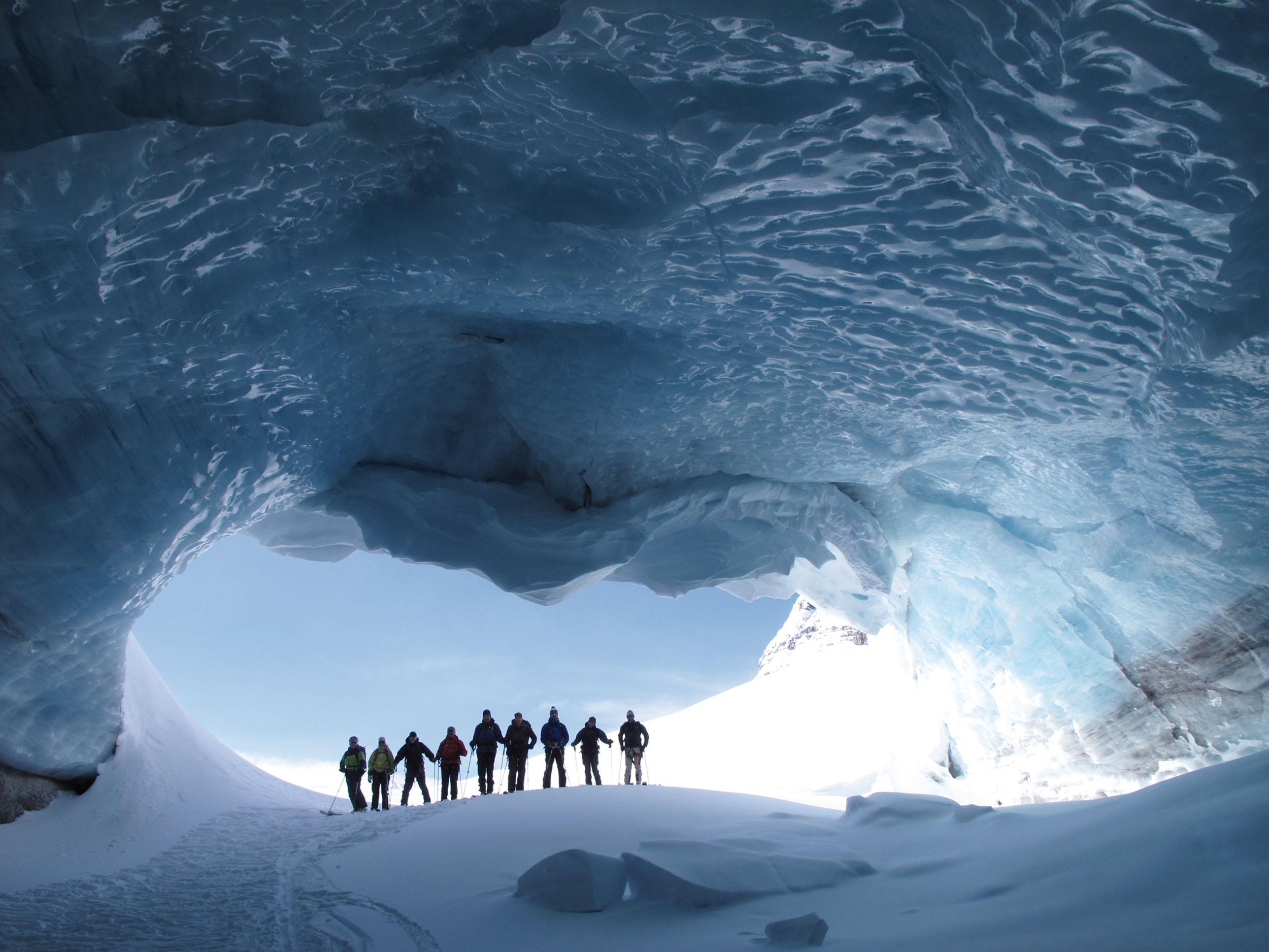 Sogar die Gletschertore sind in Kanada so groß, dass man gruppenweise hineinspazieren kann. © Archiv Larry Dolecki
