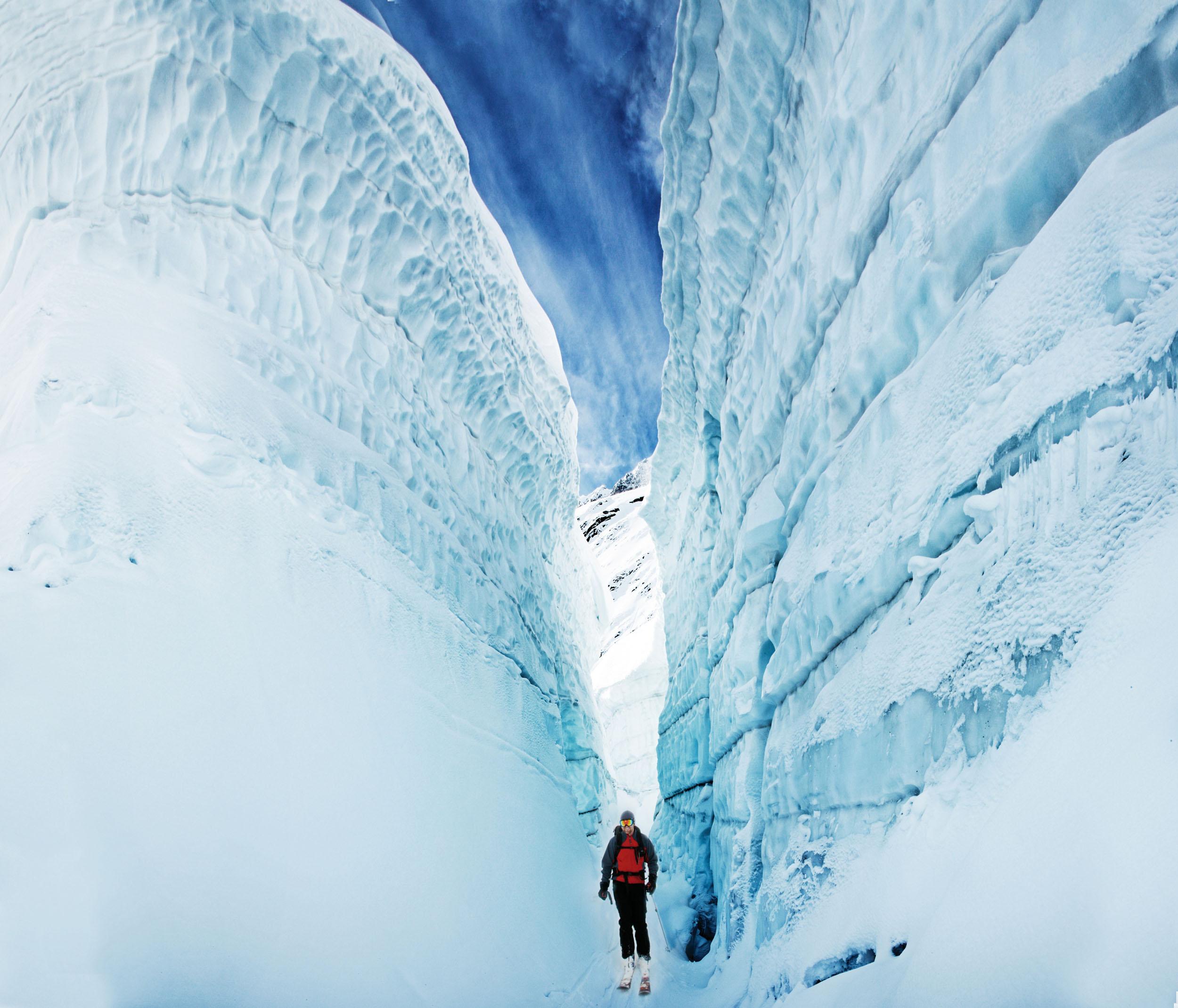 Adrenalinhaltige Zufallsentdeckung: Die befahrbare Gletscherspalte wirkt wie aus einem Bond-Film geklaut. © Archiv Larry Dolecki