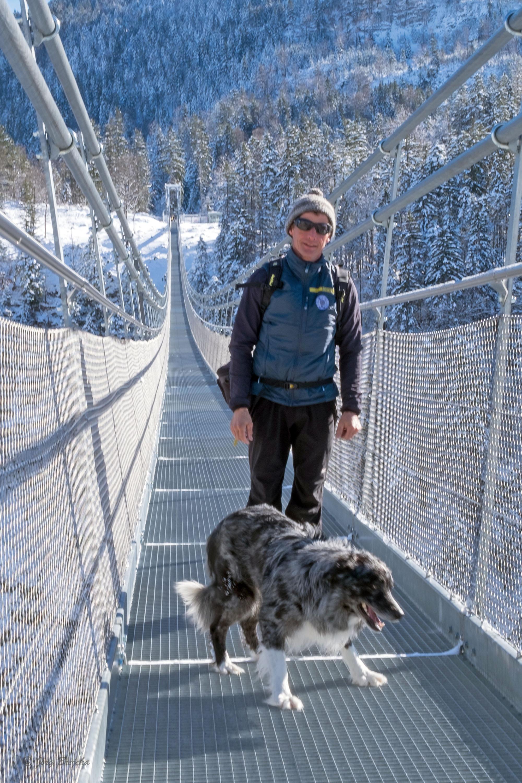 Jörg Brejcha führt die Gäste mitsympathischer Hundebegleitung © Lutz Bormann