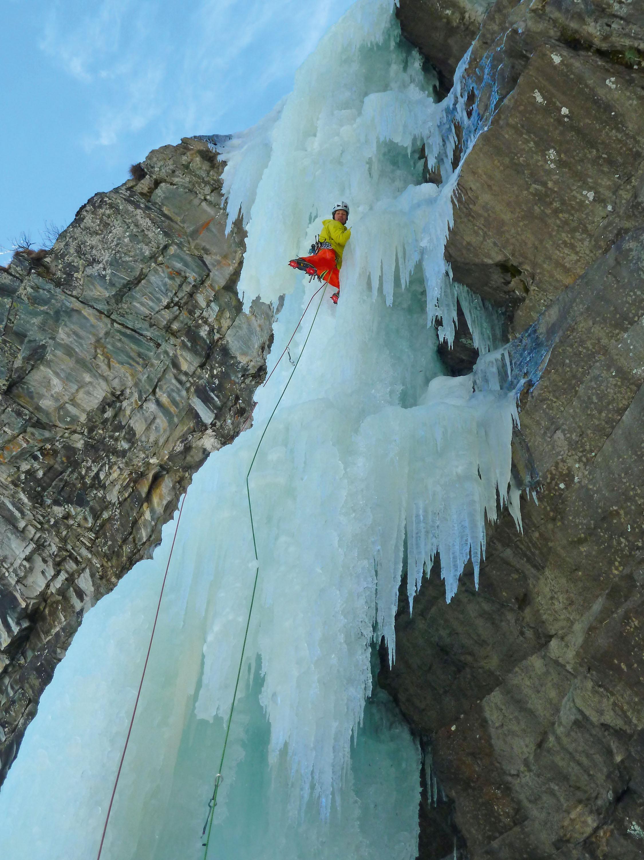 Freihängende Eissäule. Der Profi kennt dieVerhältnisse und das Risiko © Klaus Pietersteiner, AustriAlpin