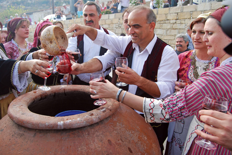 Geselligkeit und Gastfreundschaftbei einem Weinfest © Troodos Tourism Board