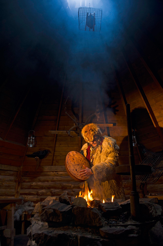 Jari Rossi erzählt in seiner Kotta am Seeufer bei offenem Feuer die Geschichte seines Volkes. © Klaus-Peter Kappest