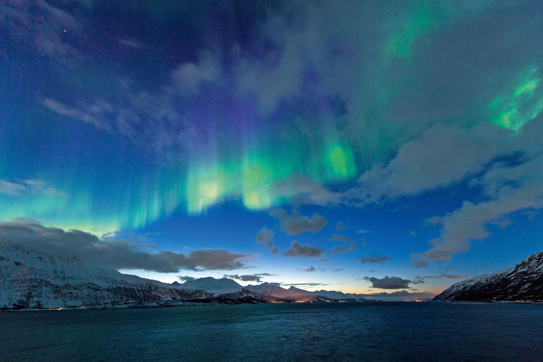 Polarlicht während der Morgendämme-rung im Dezember in Nordeuropa © Klaus-Peter Kappest