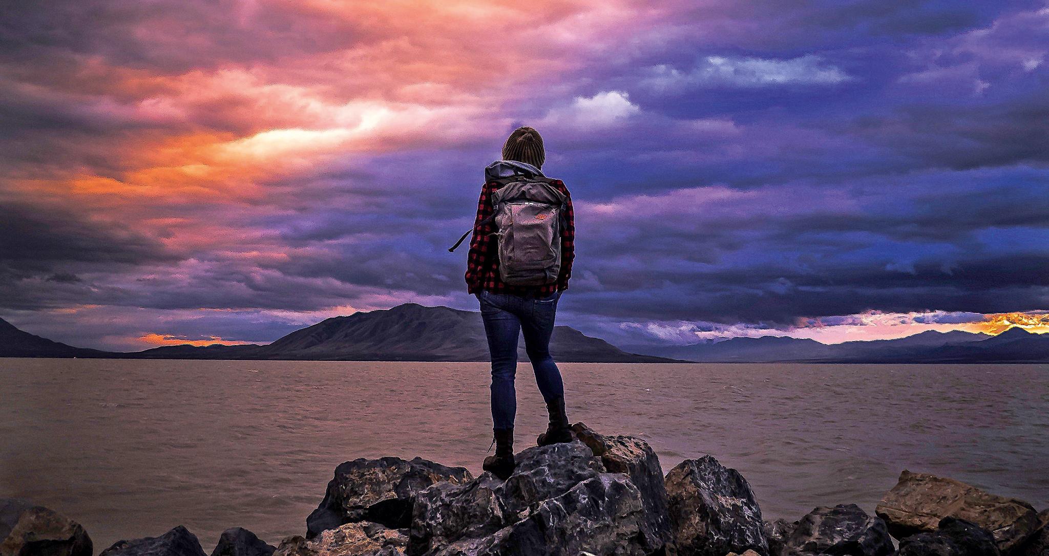 Der sehnsüchtige Blick ans andere Ufer. Liegt dort der Ort des Verlangens? Der Hort heimatlicher Gefühle? Wandern ist eine Schlüsselaktivität, da sie den Menschen bei hinreichender Sensibilität durch symbolbehaftete Umgebungen führt. © xphere.com