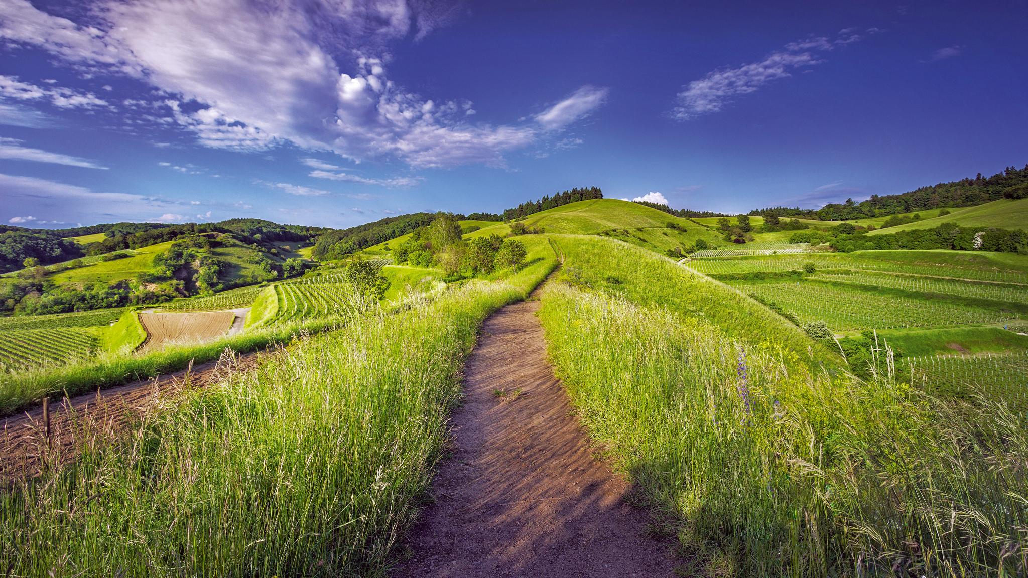 Ein Weg, der sich ins Unendliche windet. Wie mein oder dein Lebensweg? Liegt hinter den Bergen der Sehnsuchtsort? Erfüllt der Weg dorthin bereits Sehnsüchte? © xphere.com