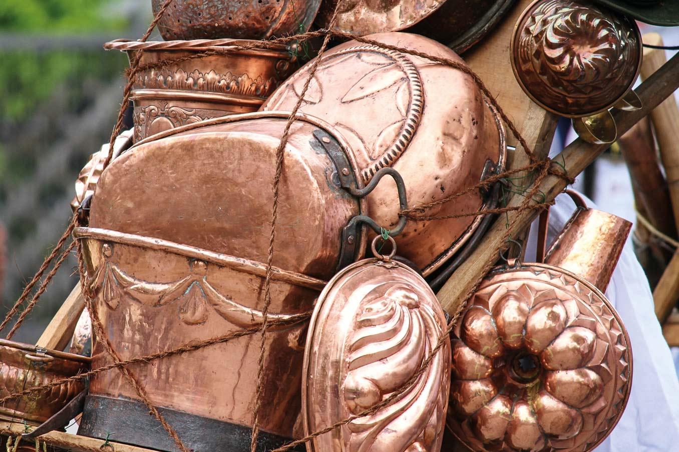 Eine Kiepe beladen mit Kupfergeschirr.Auch mit solchen Waren tippeltensauerländische Wanderhändler durch dieLande © Manfred Richter – pixabay