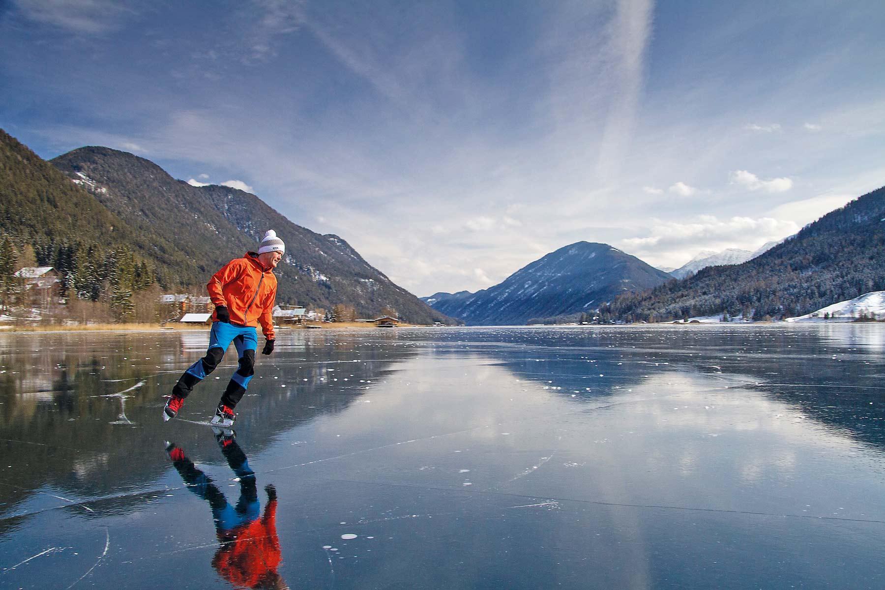 Schlittschuhlaufen auf dem Weissensee in Kärnten © Stefan Valthe