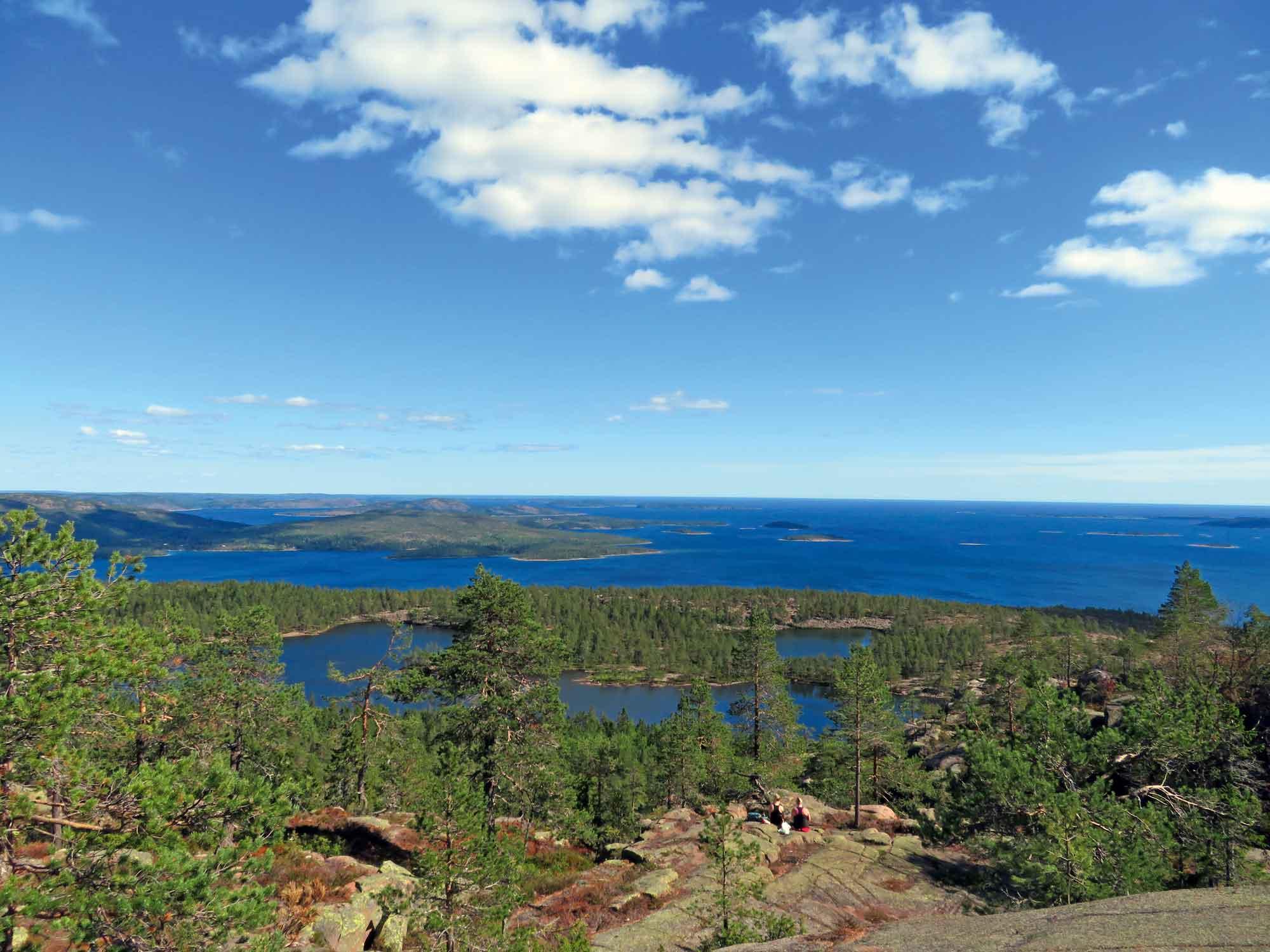 Von der Hochebene des Slåttdalsbergs hat man eine gigantische Aussicht auf die Schärenwelt. Fika mit diesem Meerblick schmeckt besonders lecker, weswegen die meisten Wanderer hier eine Pause zum Picknicken einlegen. © Elisabeth Böker