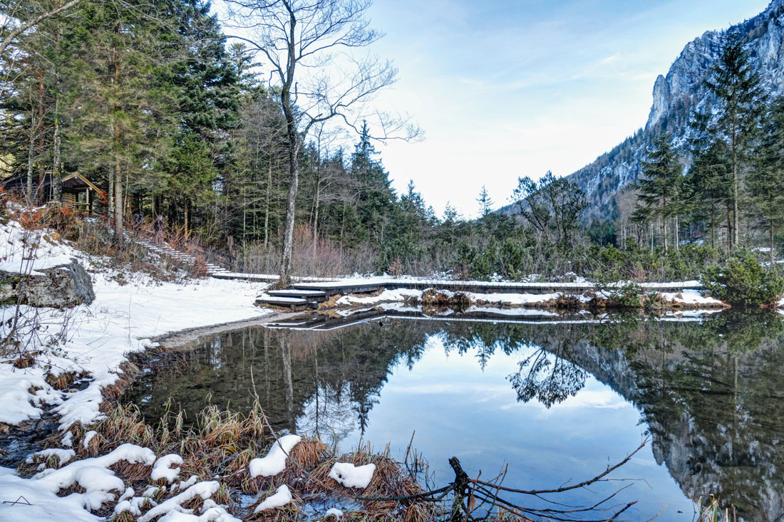 Auf einer Winterwanderung entdeckt man den Falkensee als stillen Kraftort © Inzeller Touristik GmbH