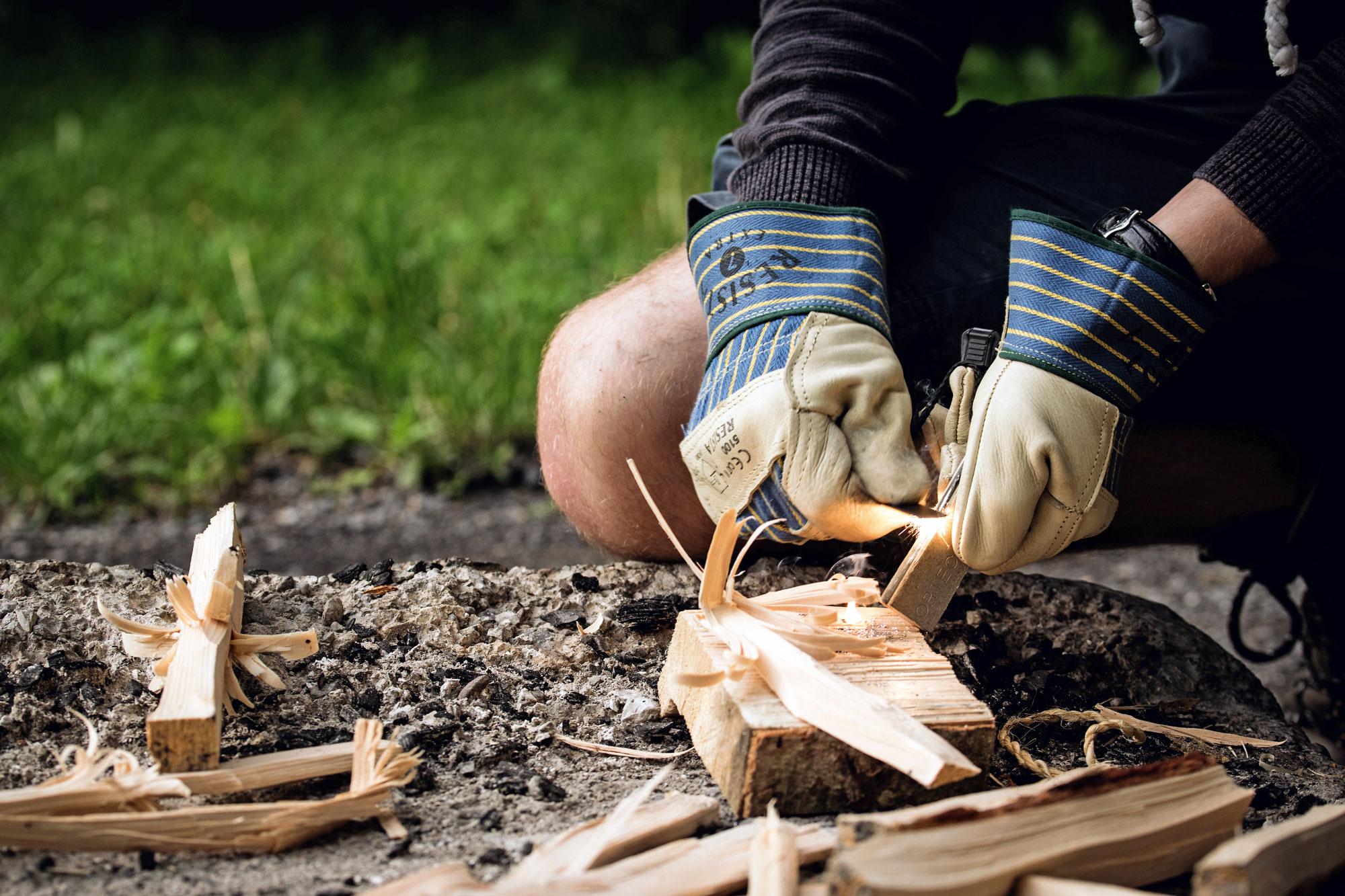 Mit Hilfe eines Feuerstahls und gutem Zunder ist das Feuer schnell entzündet © pixabay