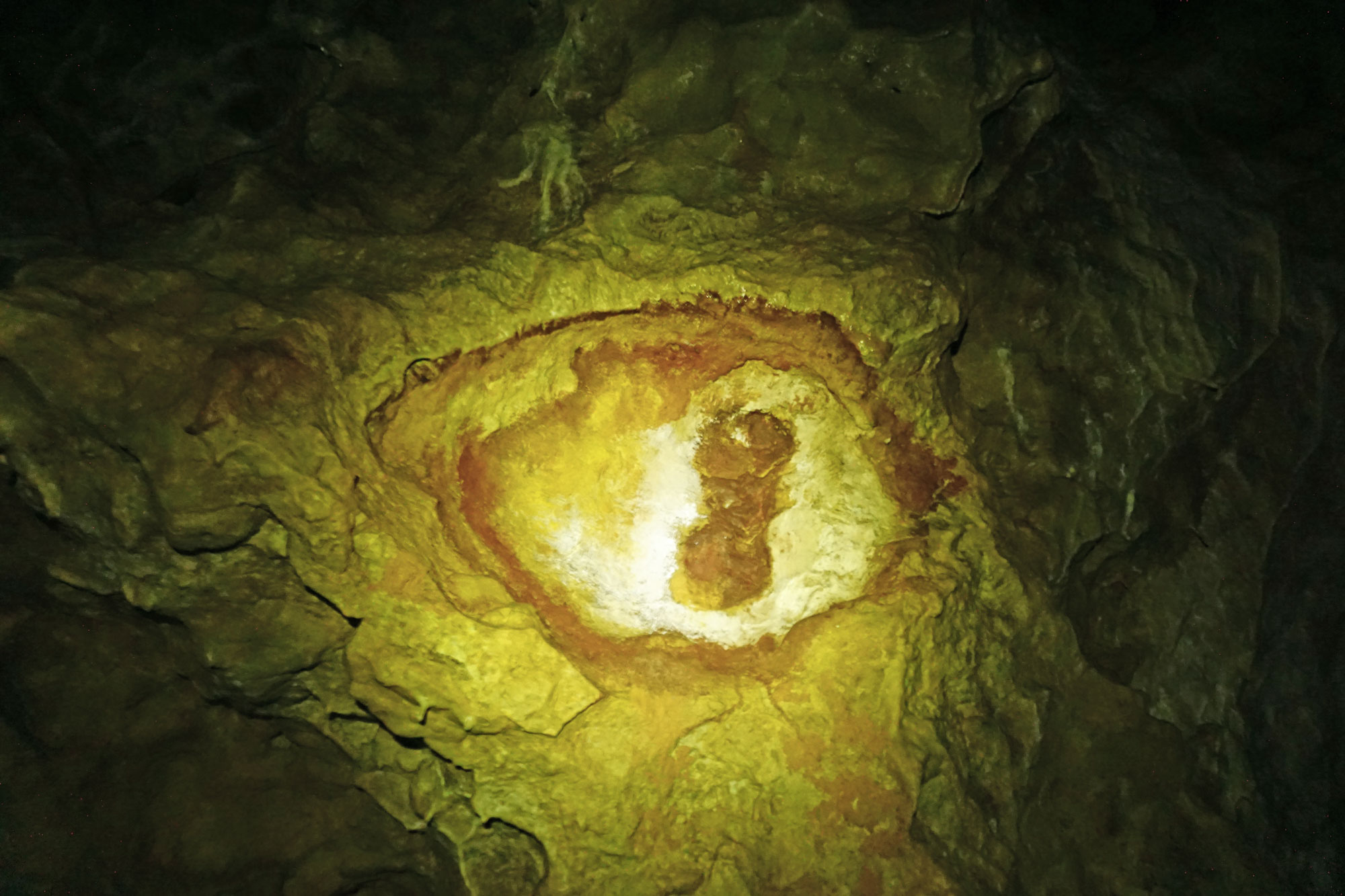 Höhlenmalerei oder natürliche Verfärbung? Laut einiger Sagen und Erzählungen war die Höhle Sitz von Druiden und Weissagerinnen.