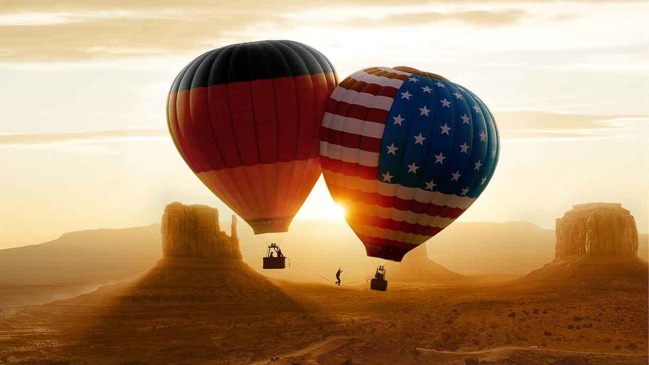 Zwei Heißluftballons verbunden durch eine Slackline © Alpen Film Festival