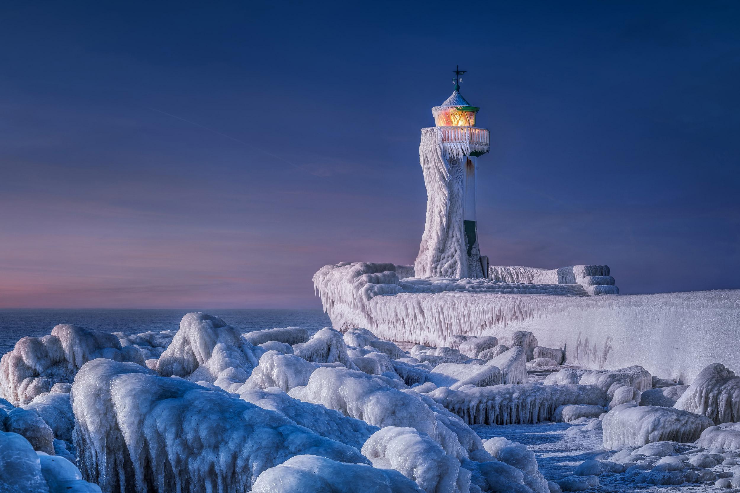 """Gesamtsieger beim CEWE Photo Award 2021: """"Eingefrorener Leuchtturm"""" von Manfred Voss"""
