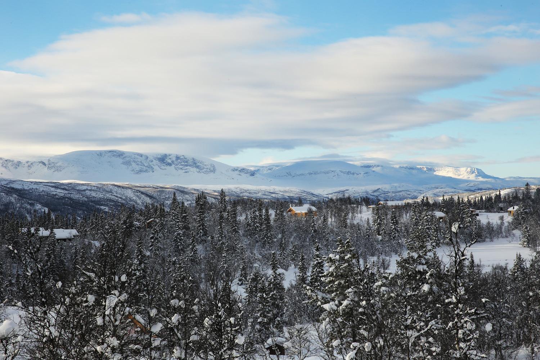 Die steile Kante vom Folarsknuten sieht beeindruckend aus. Rund 600 Meter ragt der Gesteinsmonolith aus der auf 1.300 m gelegenen Geländestufe auf.