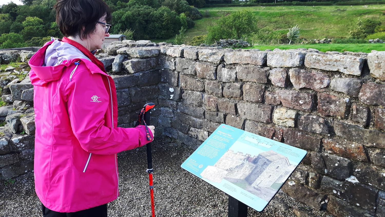 Infotafeln erläutern unterwegs die einzelnen Stationen des Hadrian's Wall