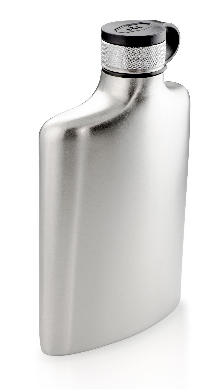 GSI Glacier Stainless Flask Mann, ist der flach! 8 Oz oder besser verständlich 235 ml. Da kann man ganz schön tanken – aber stilvoll. Anatomisch, für die Hosentasche, geformt, edel gesandet und sauber verkorkt. Mit großer Öffnung. 44,95 Euro