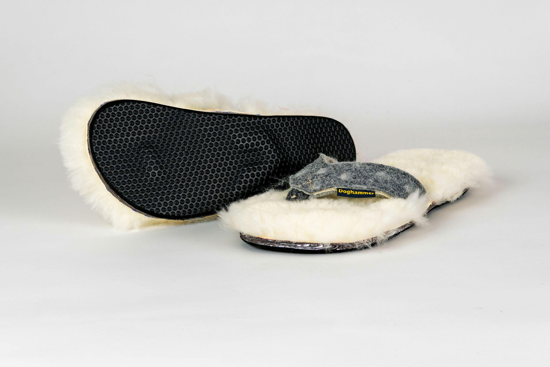 Doghammer HüttenschuaDer Hammer! Komforthüttenschuh, oder Schua, wie der Bayer sagt. Das Fußbett ist aus fluffig weichem Lammfell und wärmt und wärmt. Der Steg aus Wollfilz. Handgemacht, saubequem, für alle, die noch nicht auf den Hund gekommen sind. 89,90 Euro