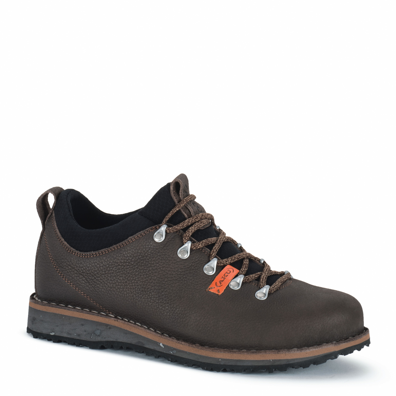 AKU Badia Plus Low Heimatverbunden! Nicht nur die rustikale, alpine Optik verspricht dies, sondern auch die Materialien und die Herstellung. Sie stammen zu 90% aus der Region um Montebelluna und sind 100% nachverfolgbar. Das Leder wird in den Dolomiten gegerbt und der Schuh bei AKU in Italien genäht. 169,95 Euro