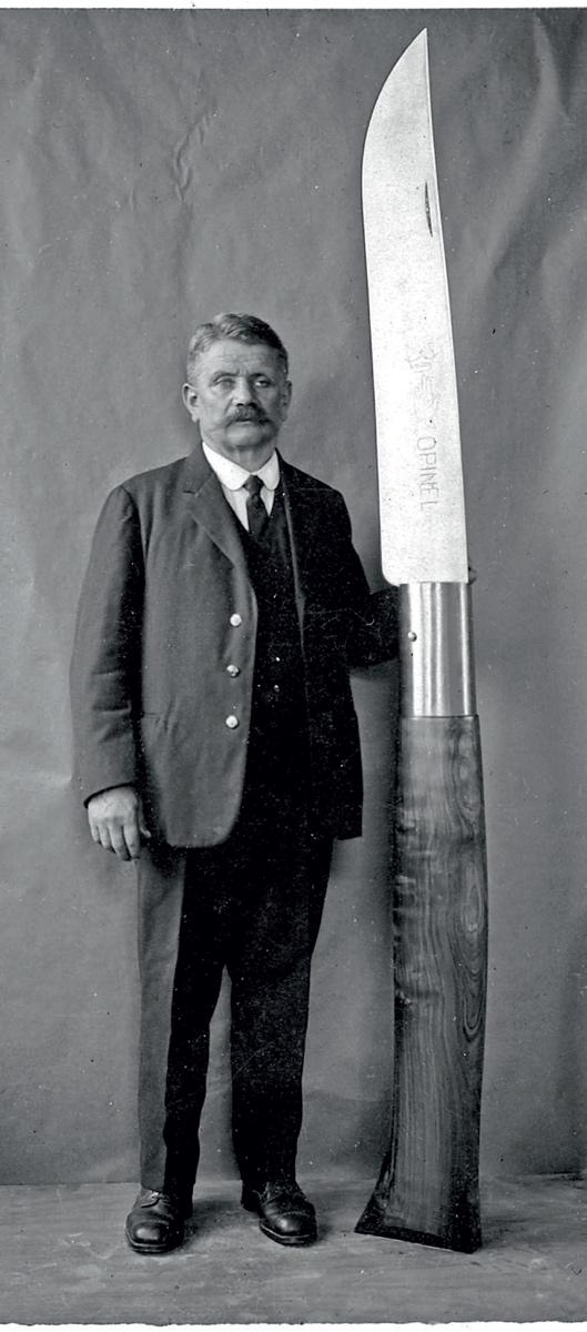 Firmengründer Joseph Opinel mit dem überlebensgroßen Messer © Archiv Opinel